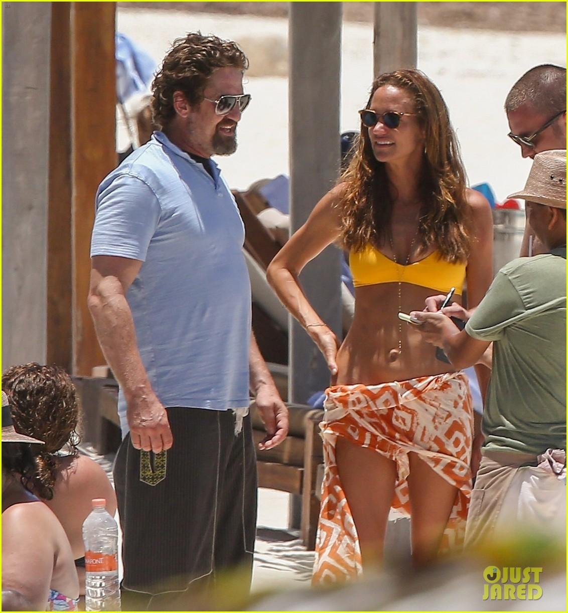 gerard butler on again gf hit the beach in mexico15