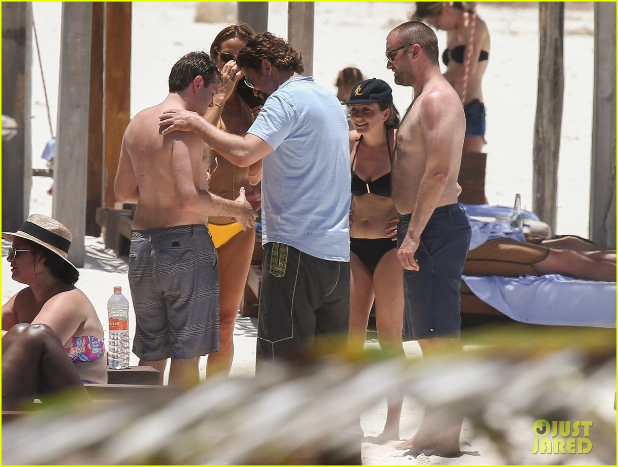 gerard butler on again gf hit the beach in mexico193922455