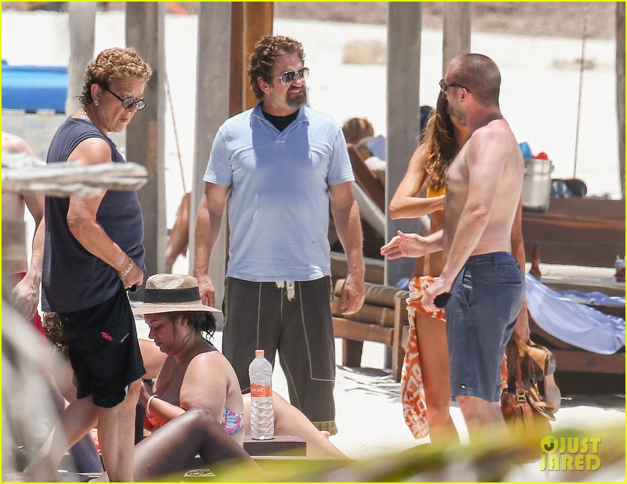 gerard butler on again gf hit the beach in mexico23