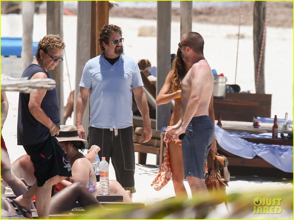 gerard butler on again gf hit the beach in mexico25