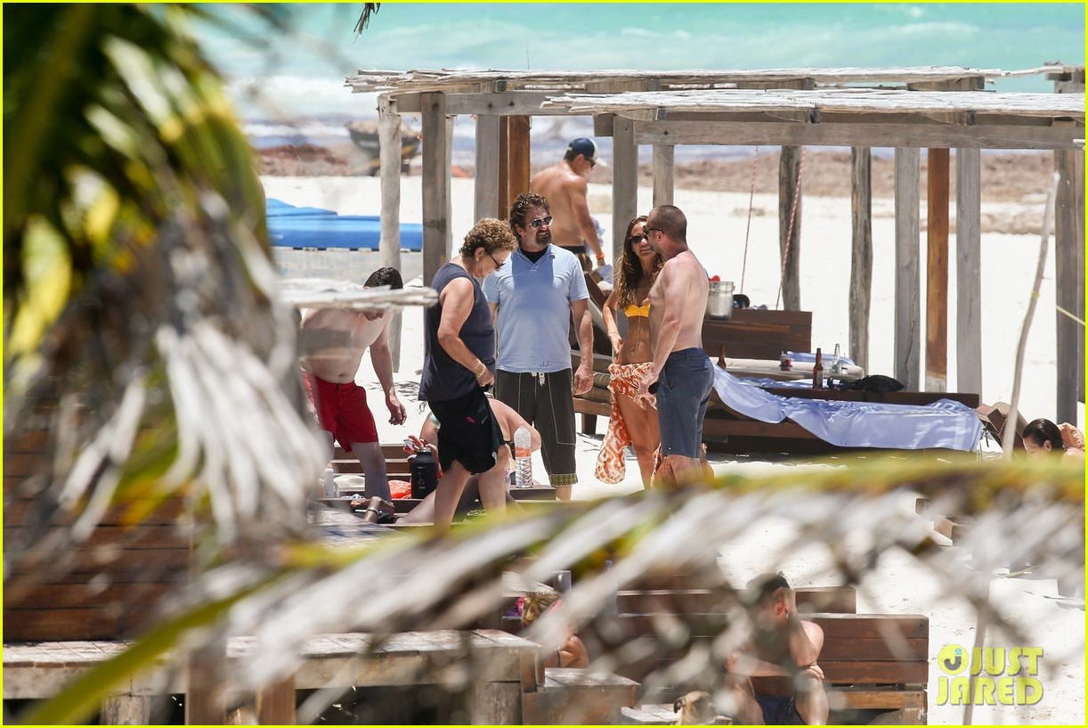 gerard butler on again gf hit the beach in mexico26