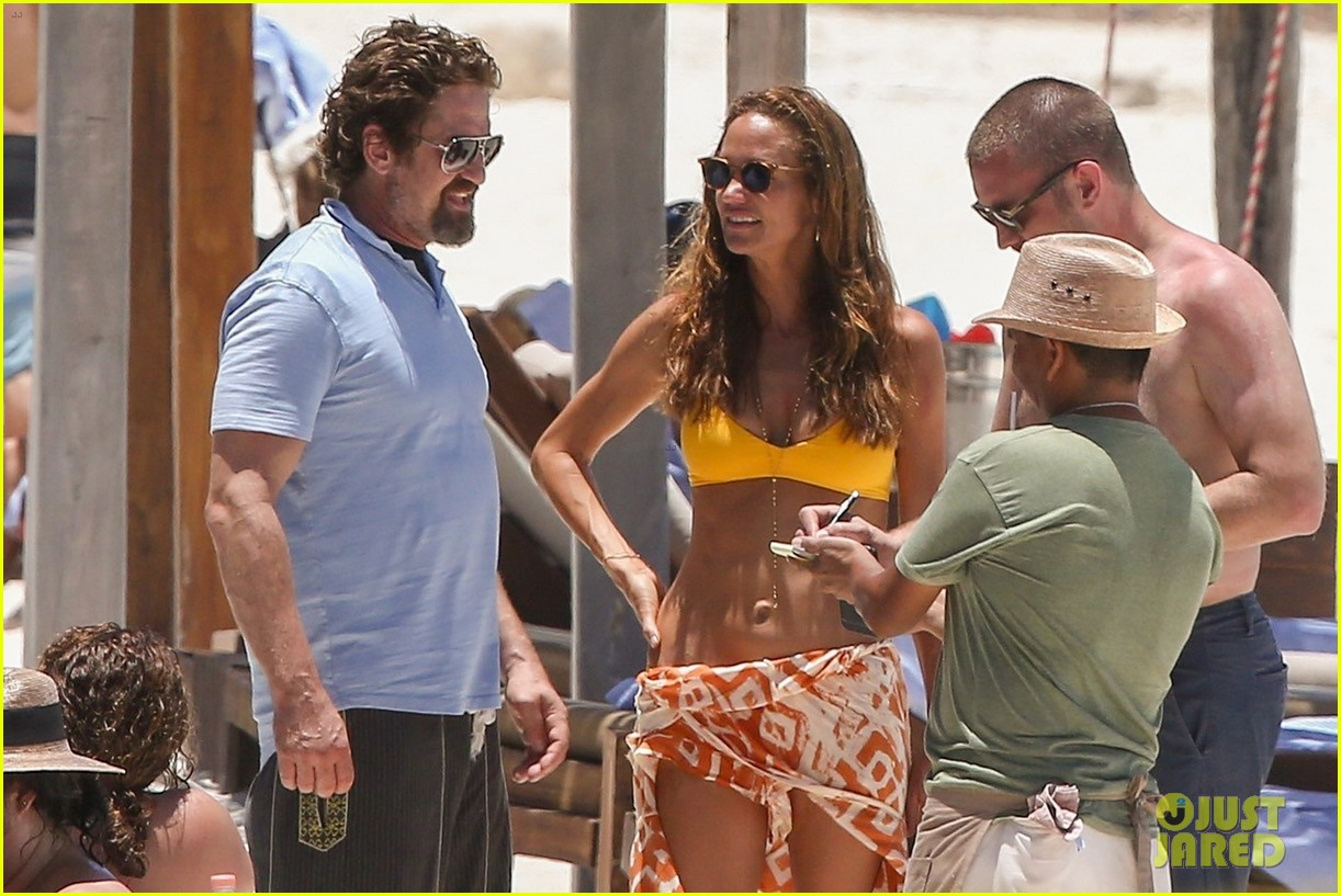 gerard butler on again gf hit the beach in mexico27