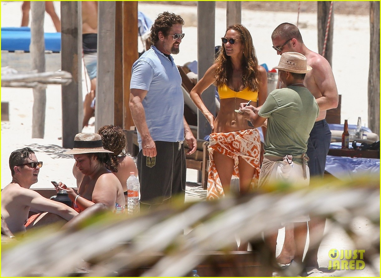 gerard butler on again gf hit the beach in mexico28