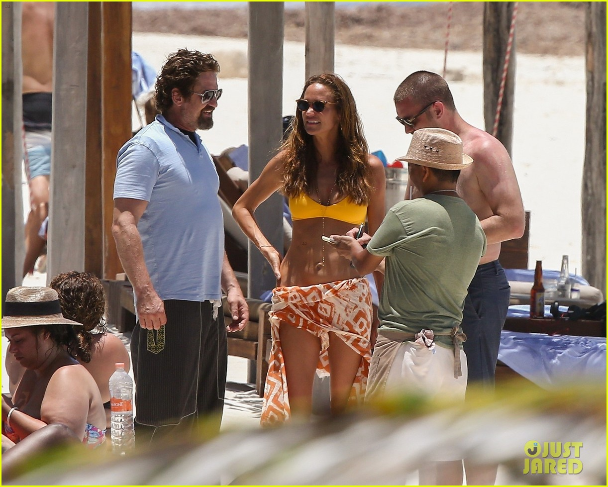 gerard butler on again gf hit the beach in mexico29