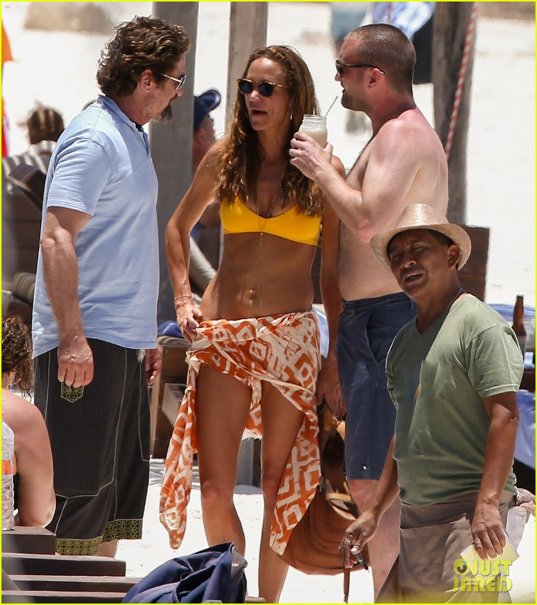 gerard butler on again gf hit the beach in mexico31