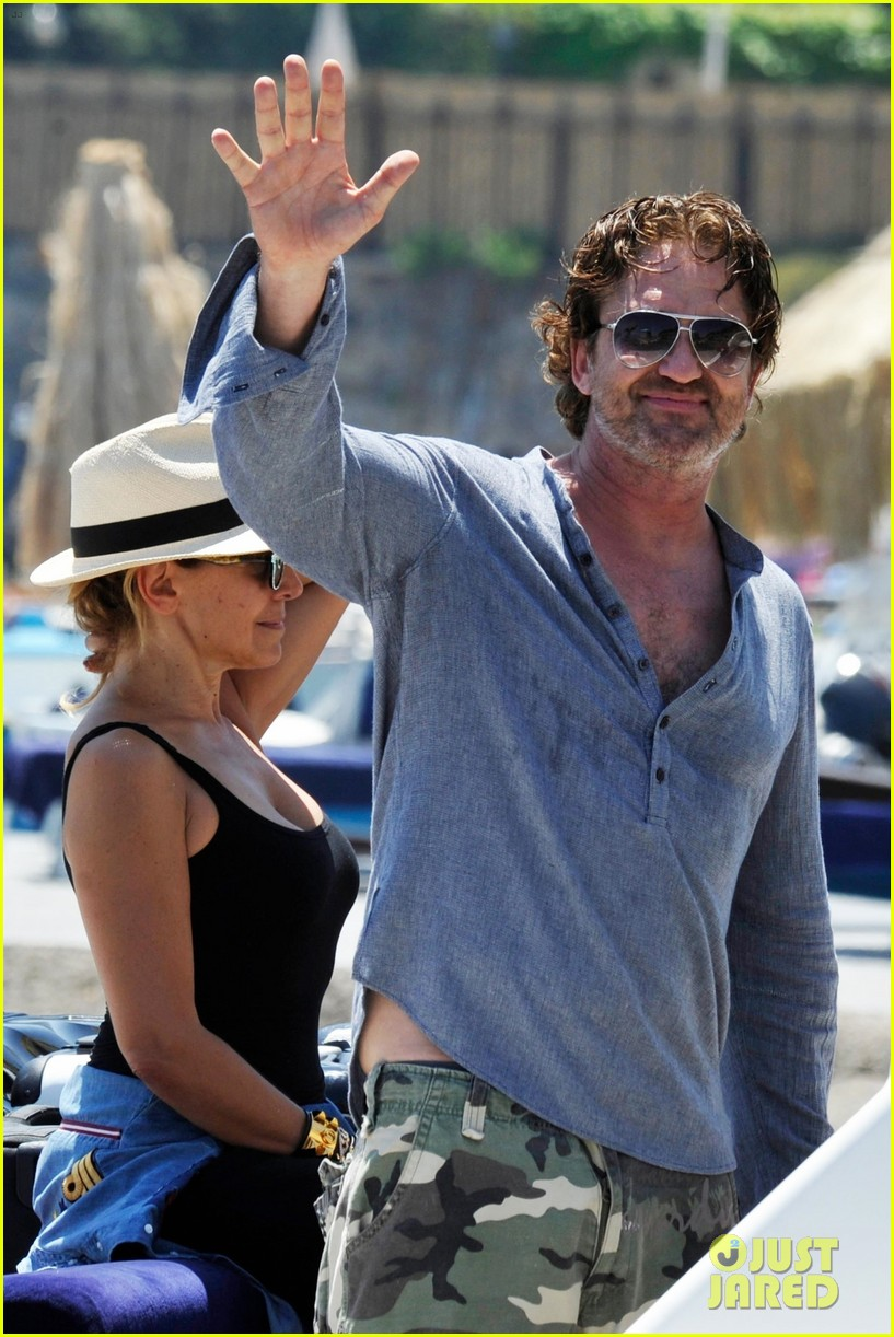gerard butler waves to fans 013926805