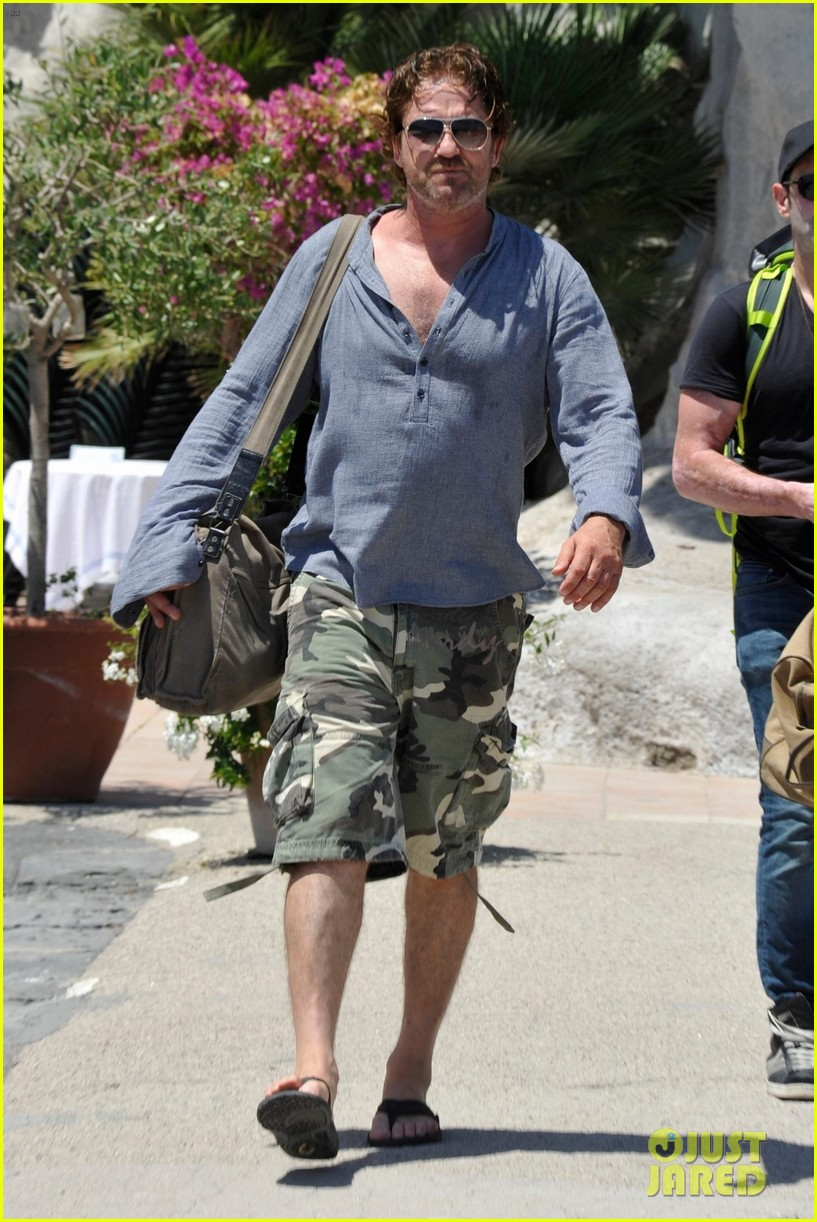 gerard butler waves to fans 023926806