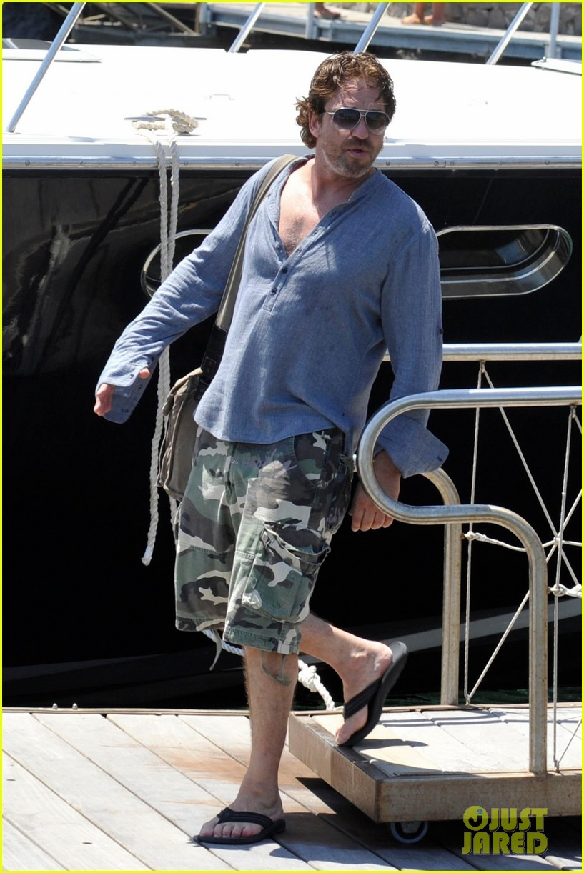 gerard butler waves to fans 03