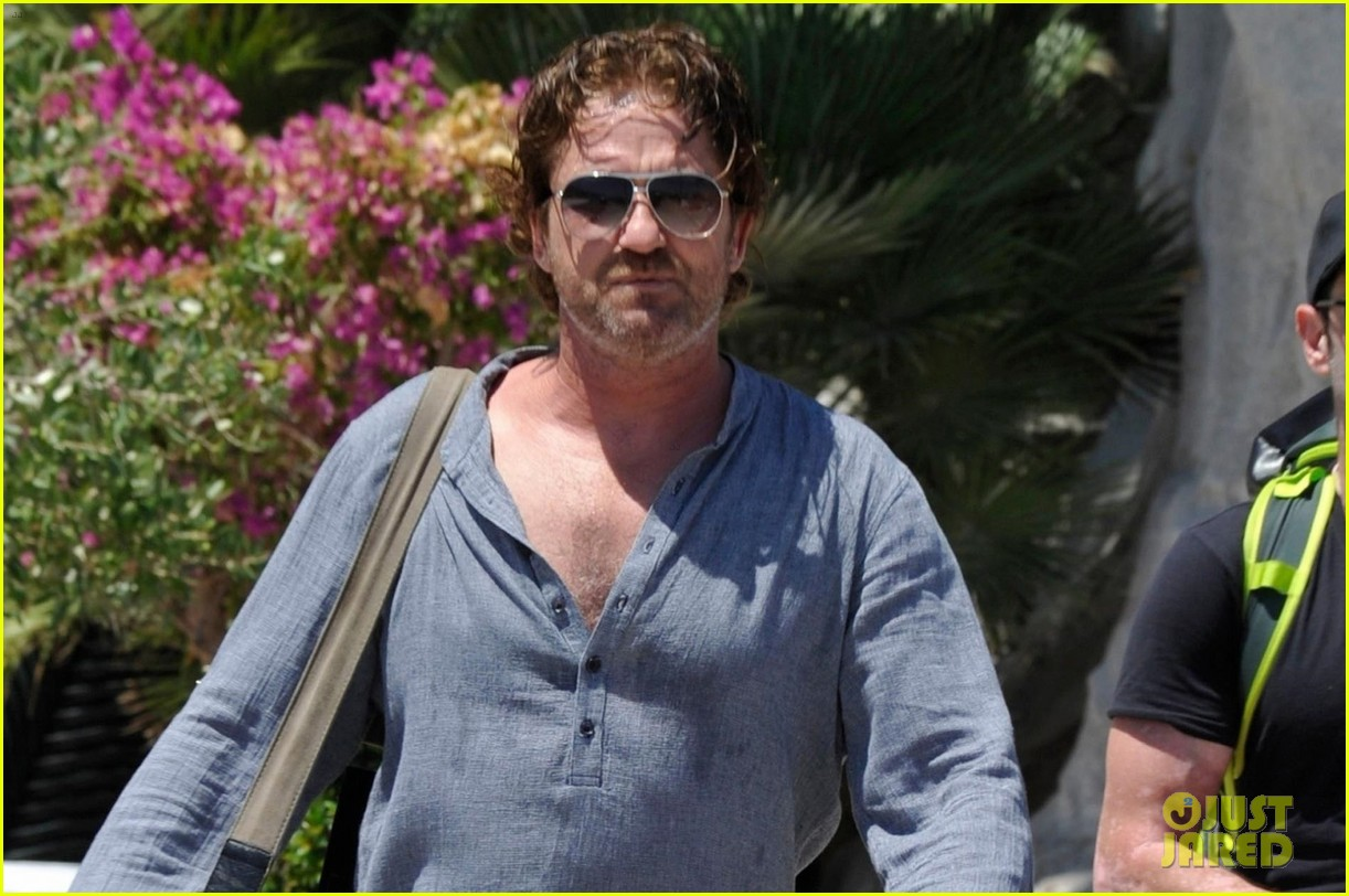 gerard butler waves to fans 04