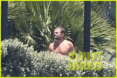 leonardo dicaprio hangs out shirtless with orlando bloom tobey maguire and more 023924046