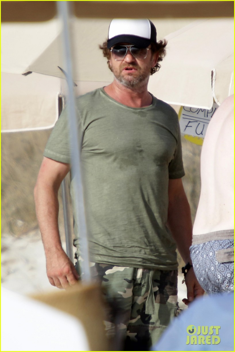 gerard butler beach boat spain friends 02