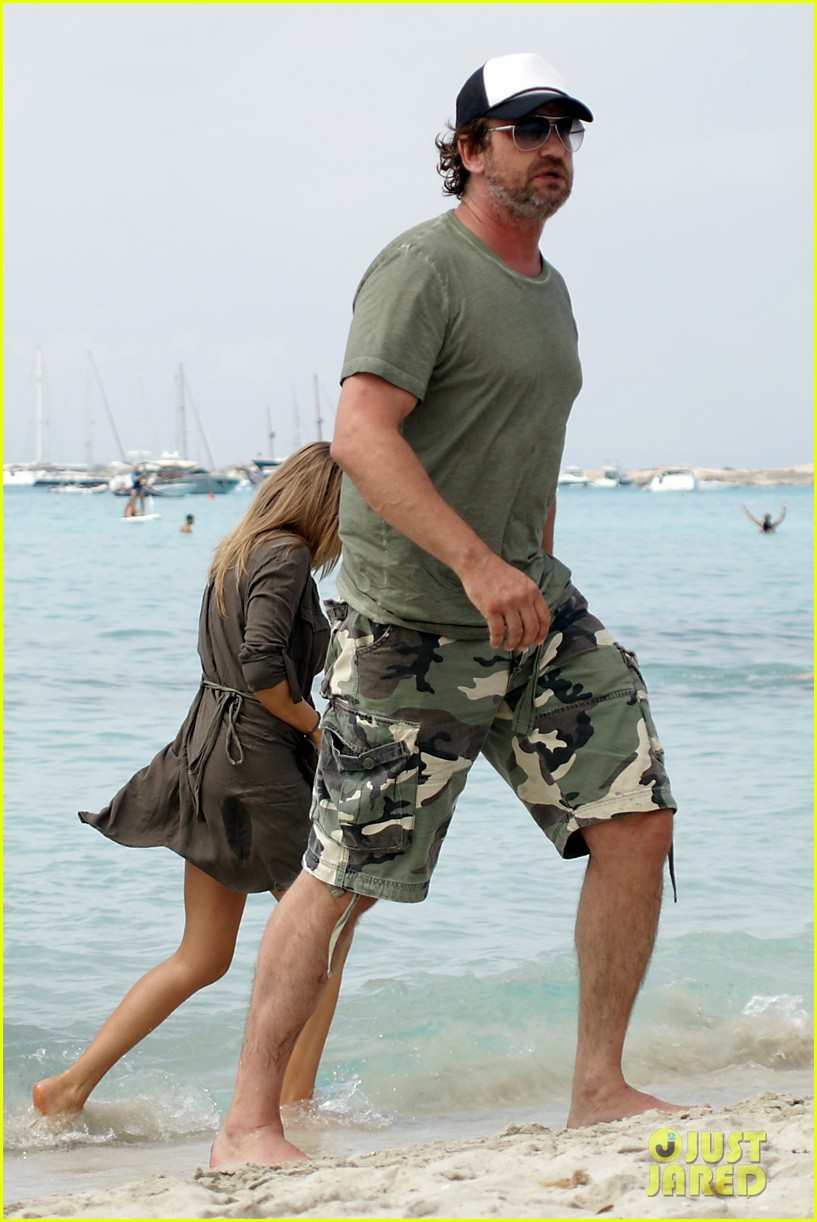 gerard butler beach boat spain friends 04