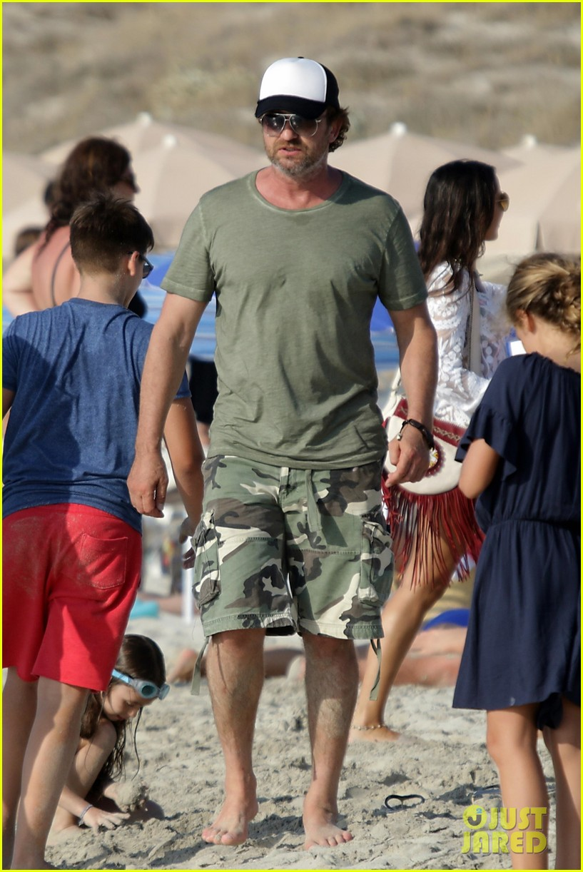 gerard butler beach boat spain friends 06