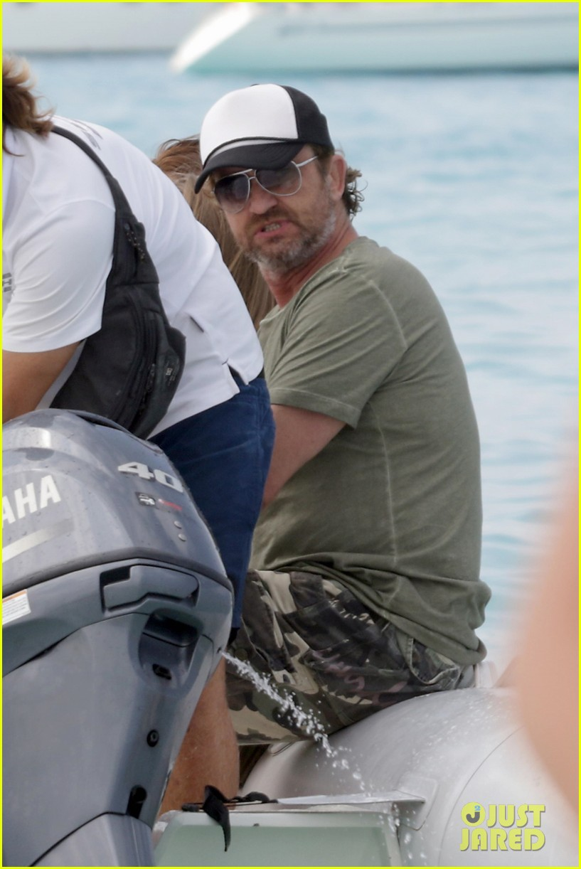 gerard butler beach boat spain friends 09