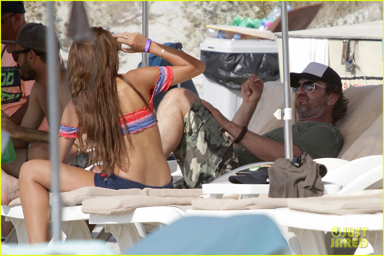 gerard butler beach boat spain friends 13