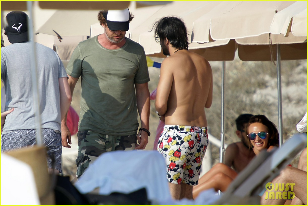 gerard butler beach boat spain friends 31