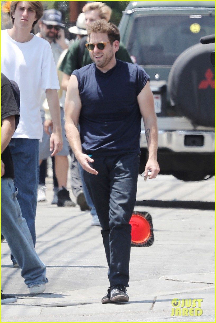 jonah hill shows off his buff biceps on set of his new movie 01
