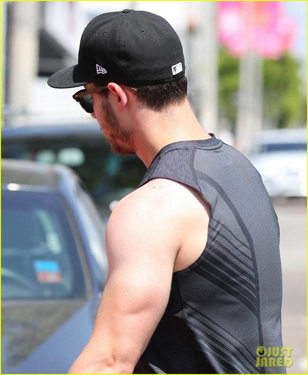 nick jonas bares buff biceps farmers tan after a workout 02