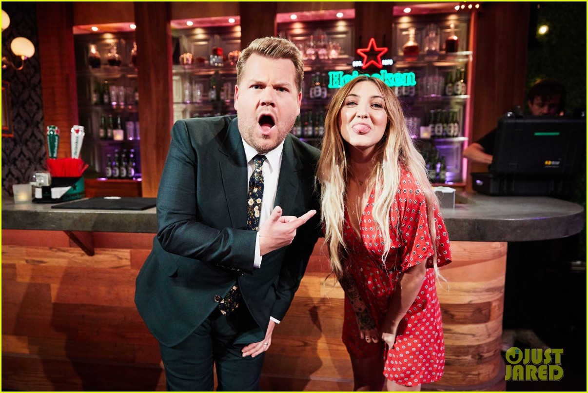 julia michaels perfrorms uh huh for first time on the late late show 013934987