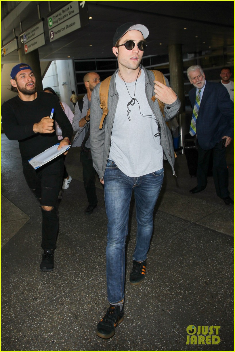 robert pattinson kristen stewart arrive in la on same flight 063925071