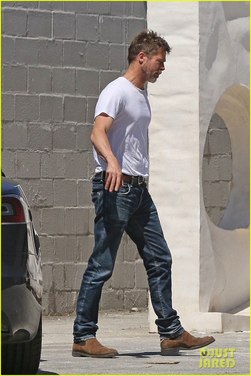 brad pitt shows hes bulking up during july 4th outing 023923955