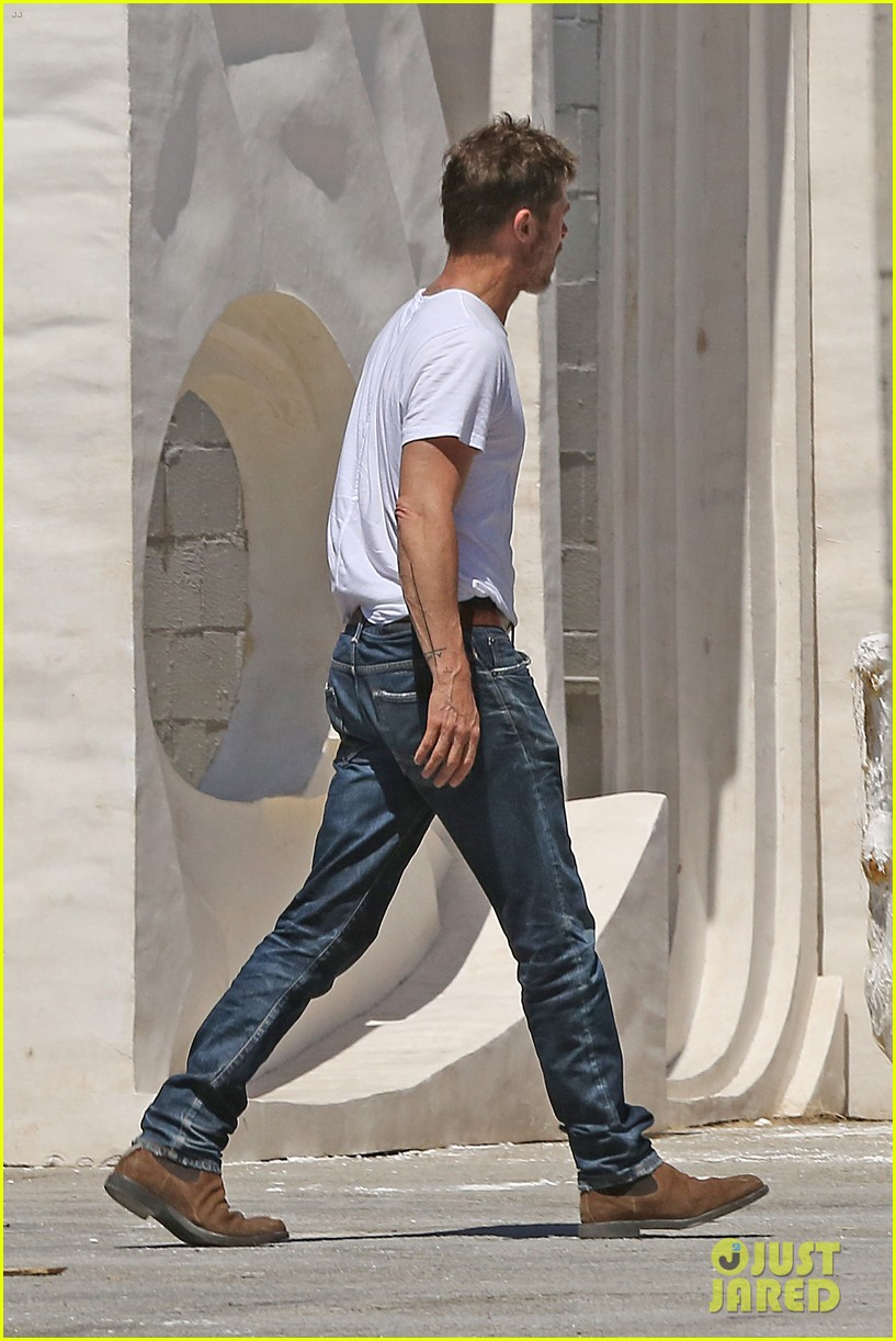 brad pitt shows hes bulking up during july 4th outing 203923973