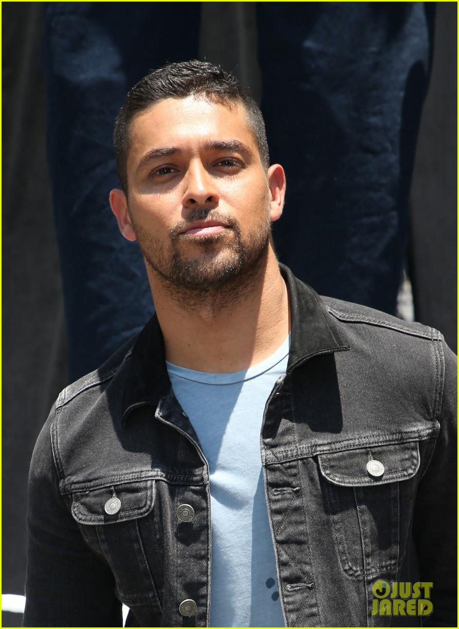 wilmer valderrama poses with a 25 foot puppet version of him 043925995