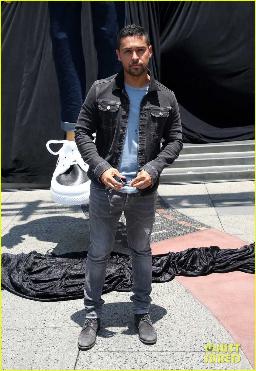 wilmer valderrama poses with a 25 foot puppet version of him 053925996