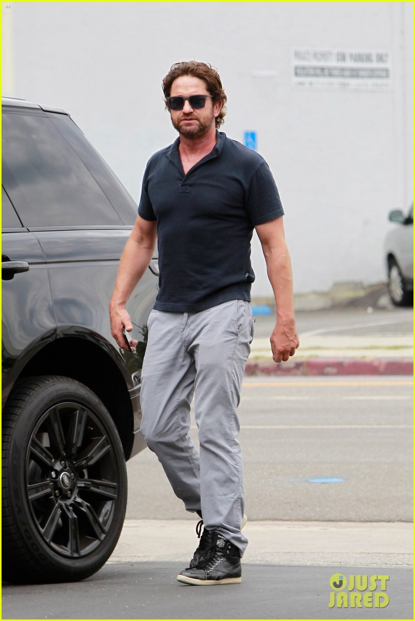 gerard butler flaunts buff biceps during coffee outing 01