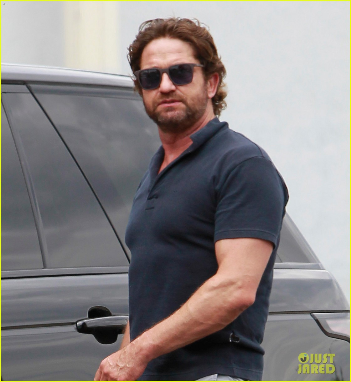 gerard butler flaunts buff biceps during coffee outing 02
