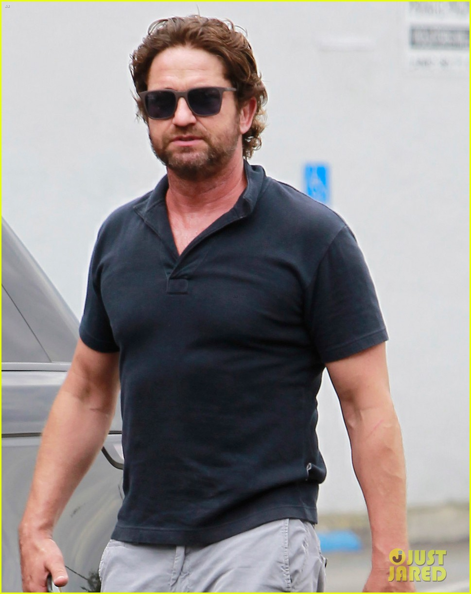 gerard butler flaunts buff biceps during coffee outing 04
