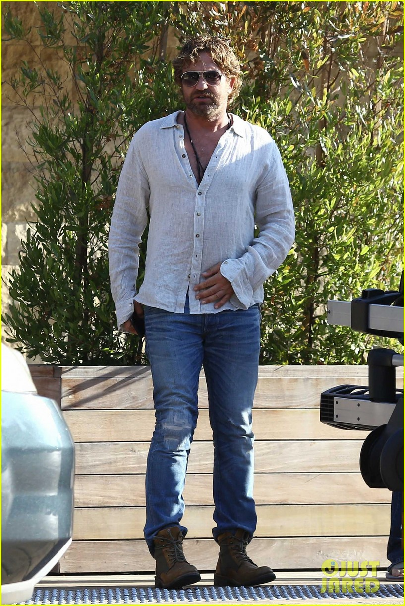 gerard butler dines out with a group 023940470