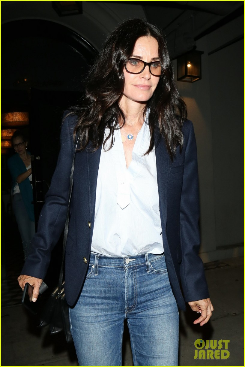 courteney cox grabs dinner with friends at craigs 013945267