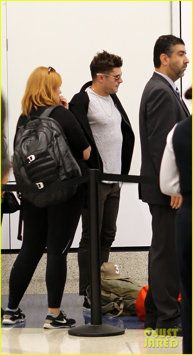 zac efron catches a flight out of los angeles 03