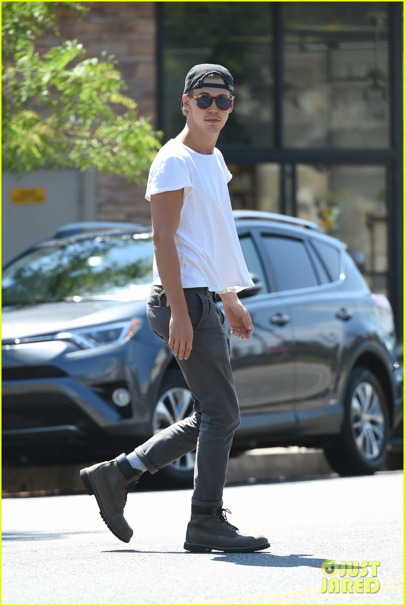 vanessa hudgens austin butler step out for solo coffee runs 053938016