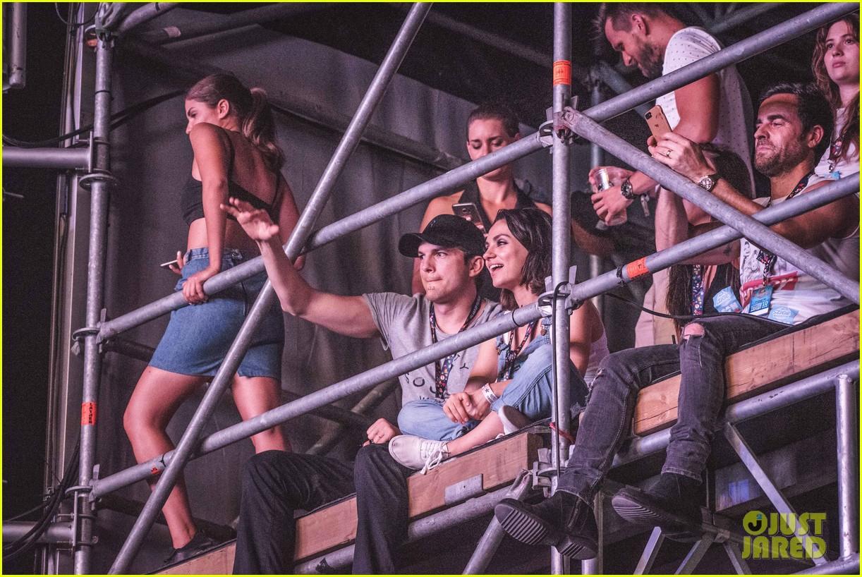 ashton kutcher mila kunis sit on scaffolding to watch wiz khalifa 033941063