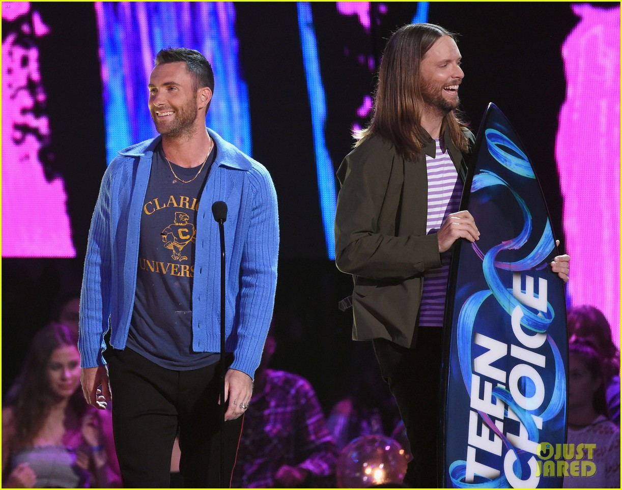 adam levine maroon 5 accept decade award at teen choice awartds 013941489