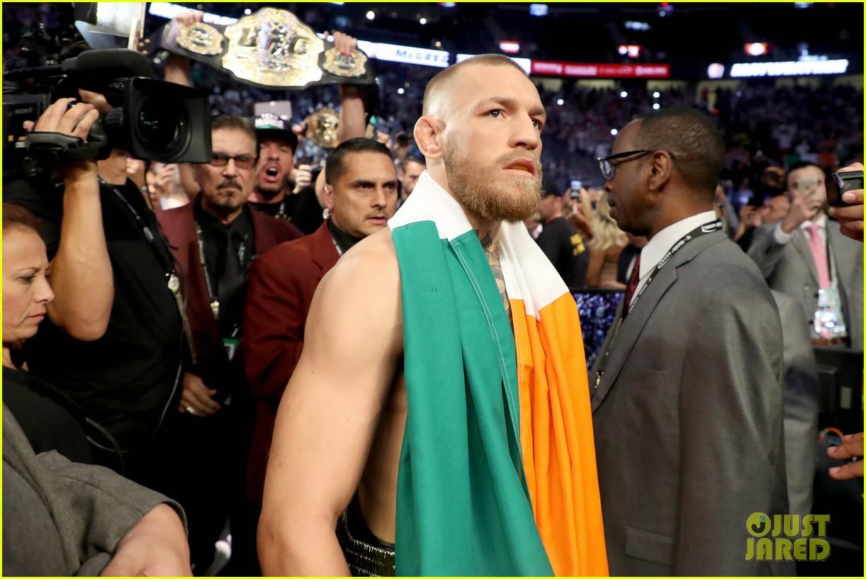 floyd mayweather wears ski mask conor mcgregor wears ireland flag to fight 023945995