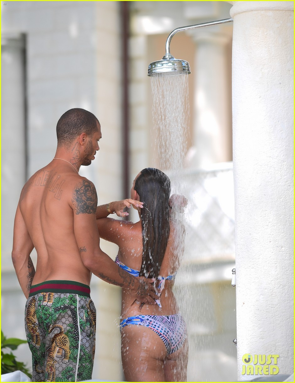 jeremy meeks chloe green hold hands take outdoor shower 013938049