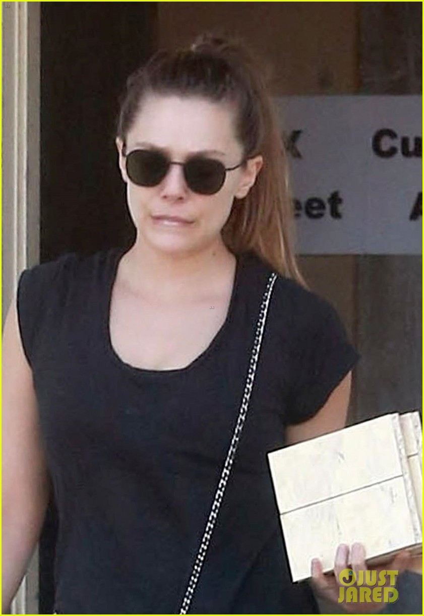 elizabeth olsen is working on some new home reno projects 043943708