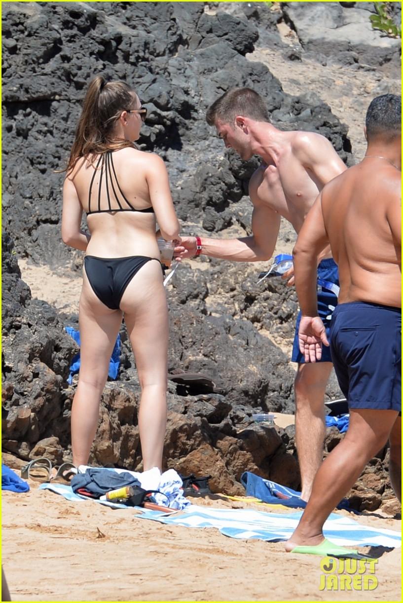 Tinder Couple Josh & Michelle Hit the Beach in Hawaii