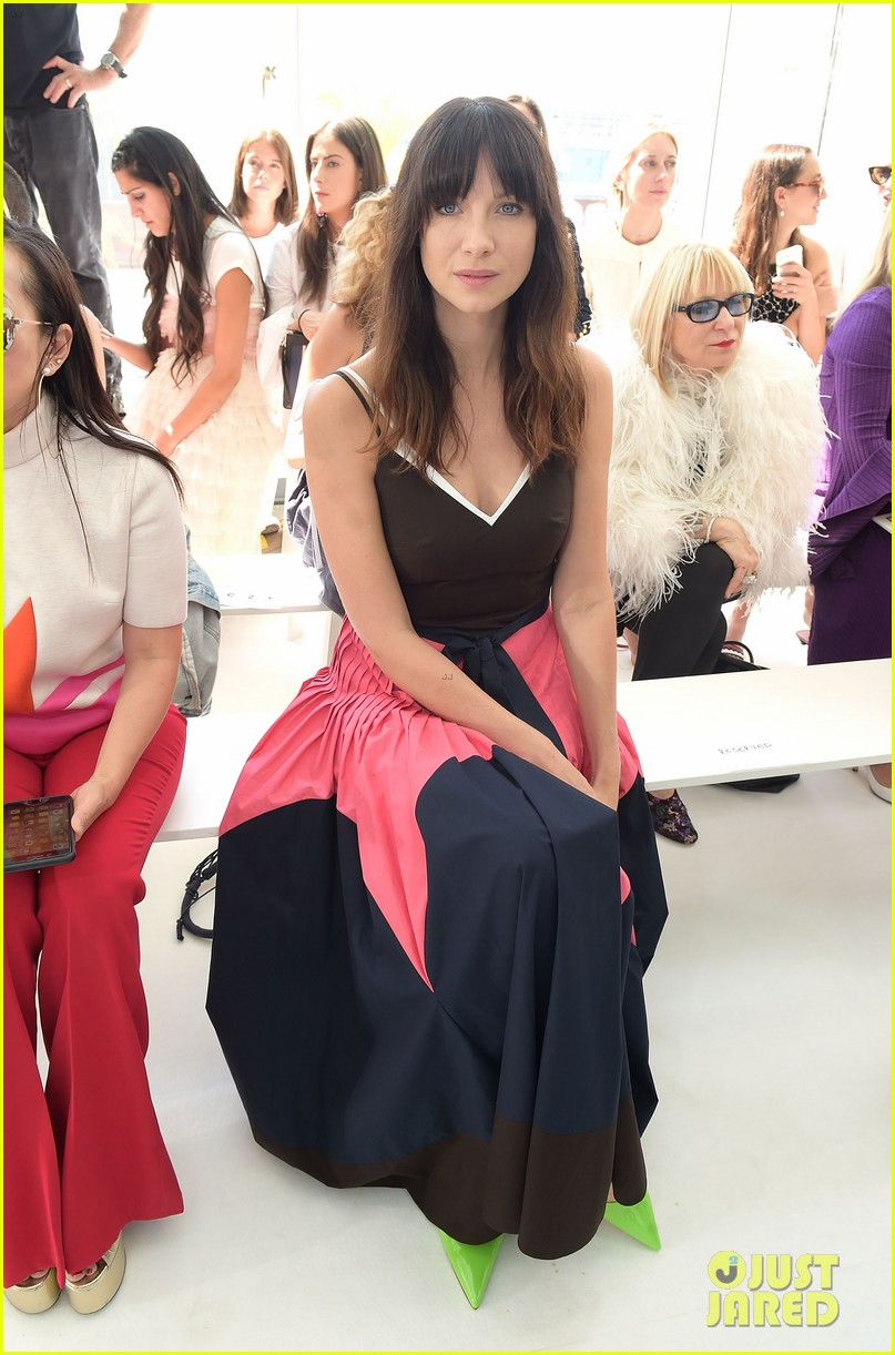 caitriona balfe sits front row at delpozo nyfw show 013956690