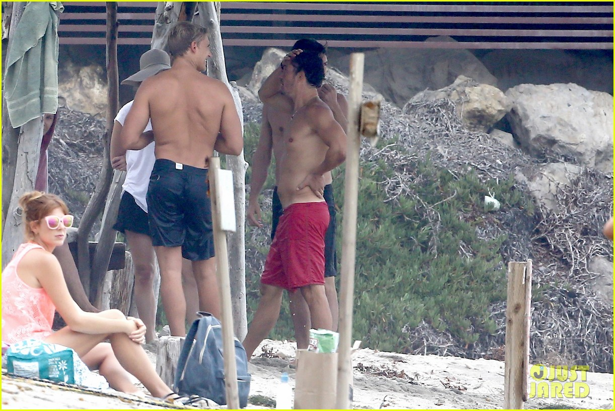 orlando bloom goes shirtless in malibu for labor day weekend 26