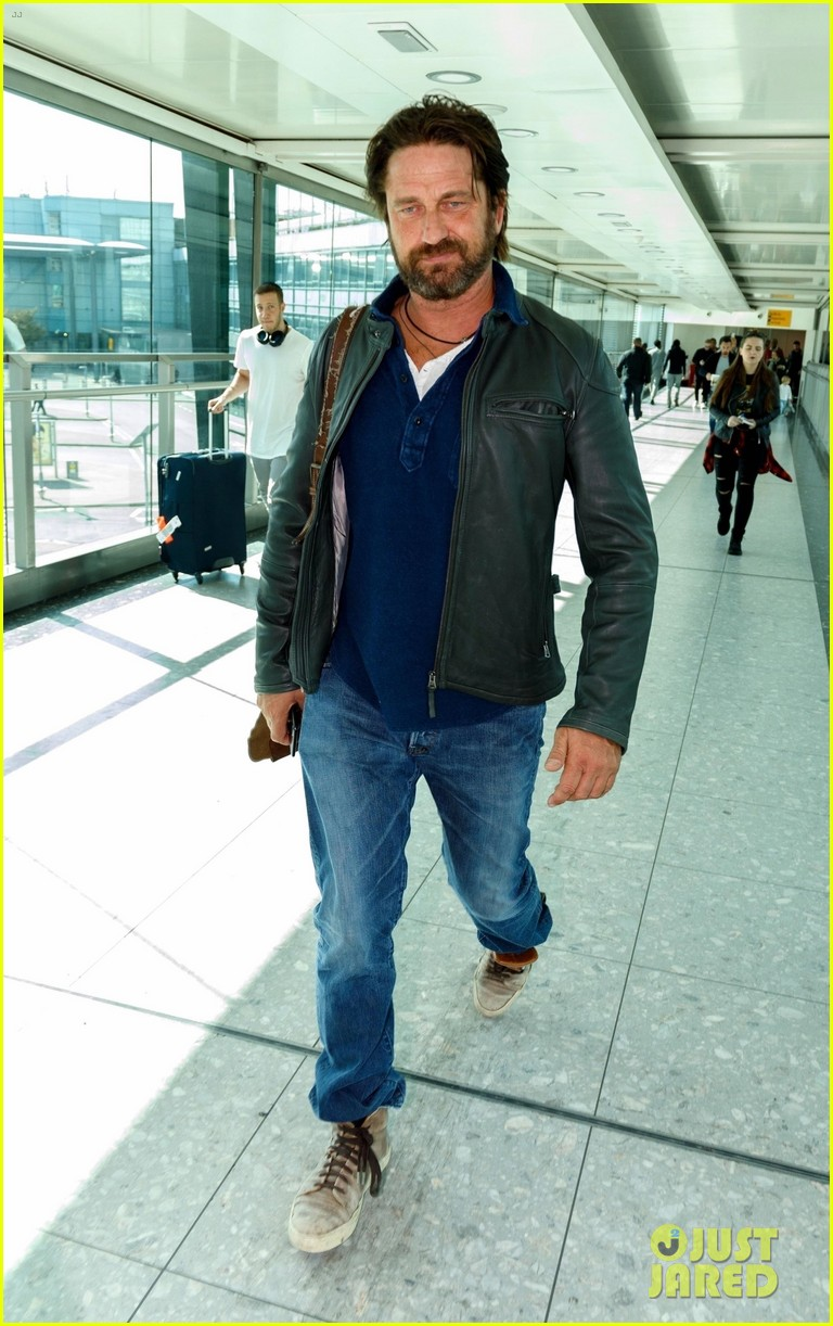 gerard butler catches flight from los angeles to london 01