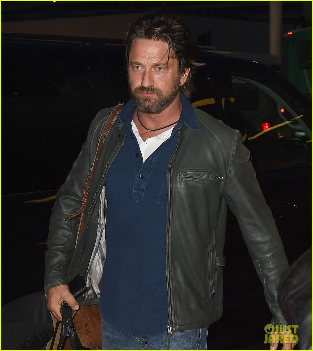 gerard butler catches flight from los angeles to london 02