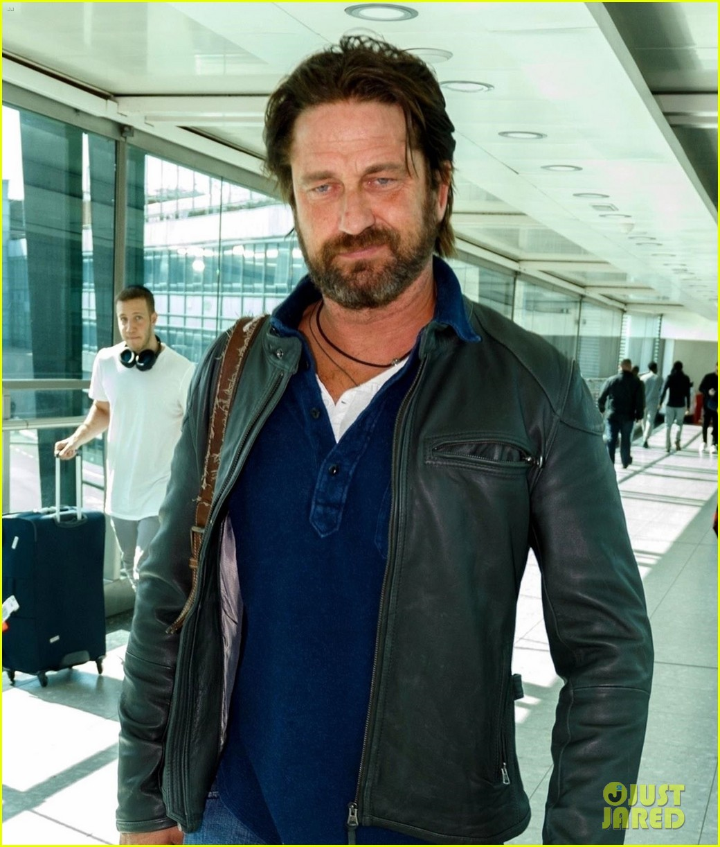 gerard butler catches flight from los angeles to london 04