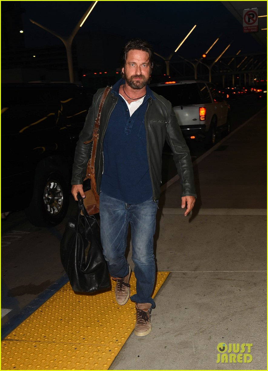 gerard butler catches flight from los angeles to london 05