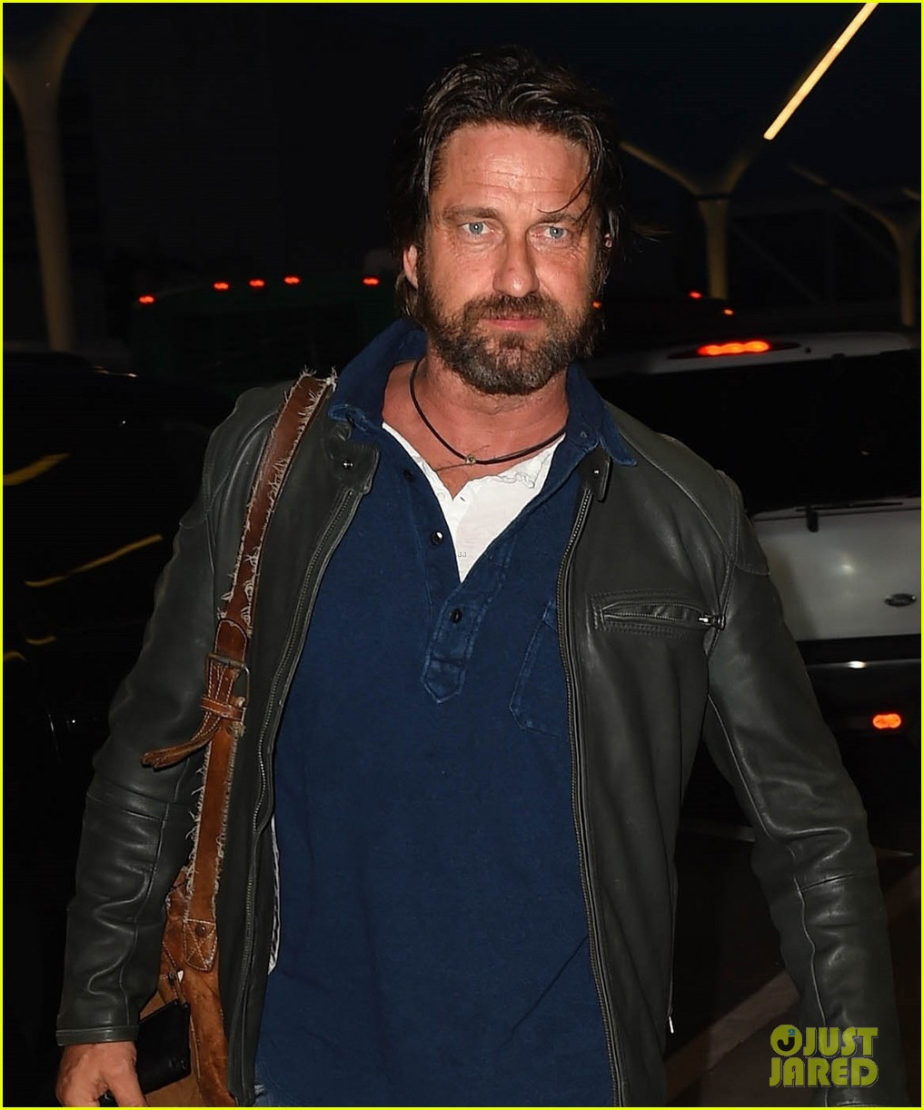 gerard butler catches flight from los angeles to london 06