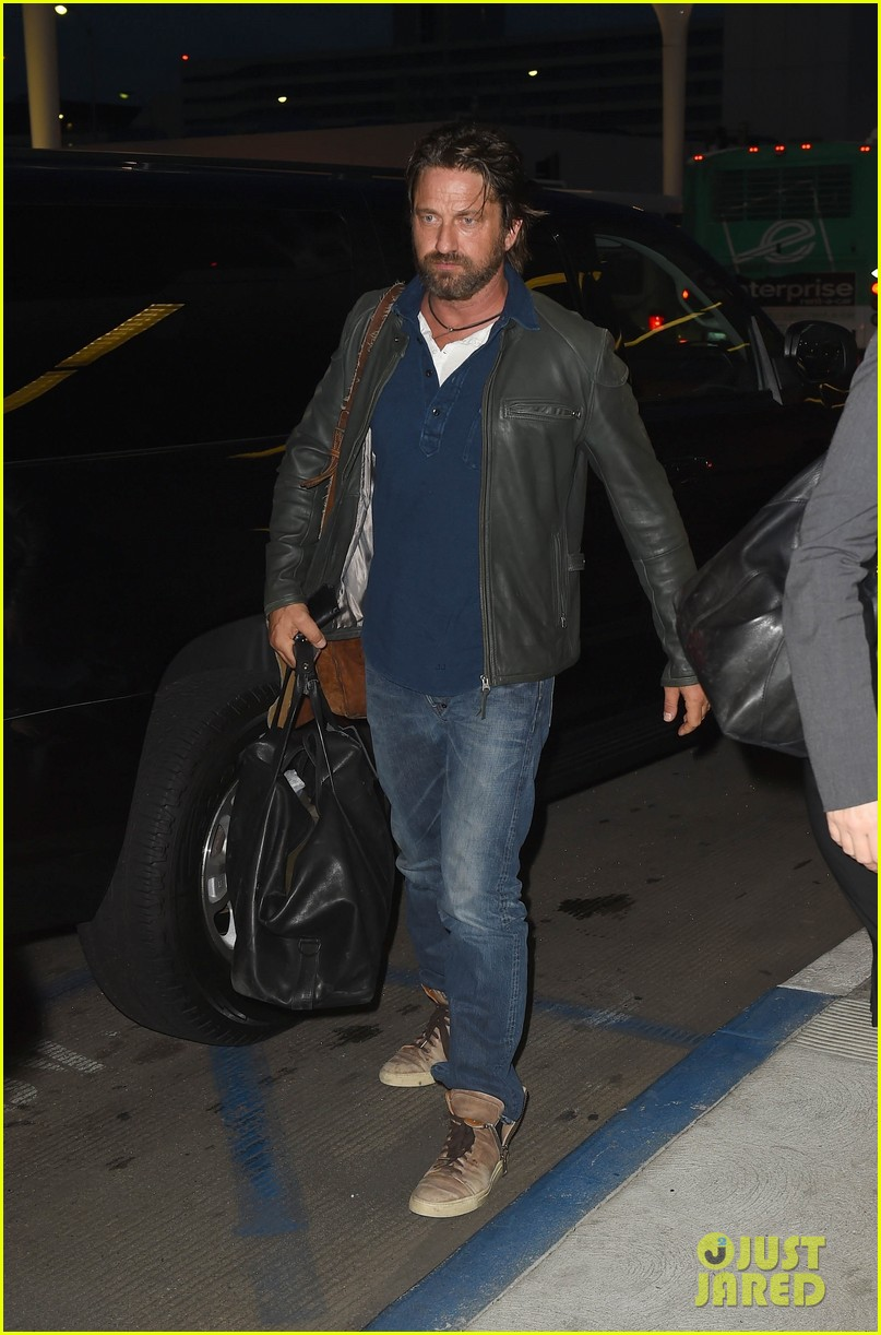 gerard butler catches flight from los angeles to london 07