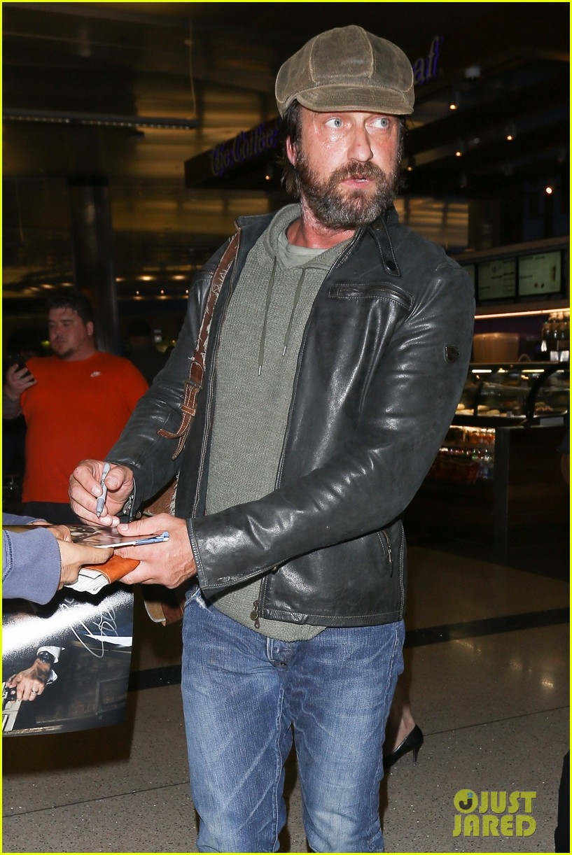 gerard butler lax airport arrival 01